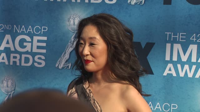 vidéos et rushes de sandra oh at the 42nd naacp image awards at los angeles ca - sandra oh