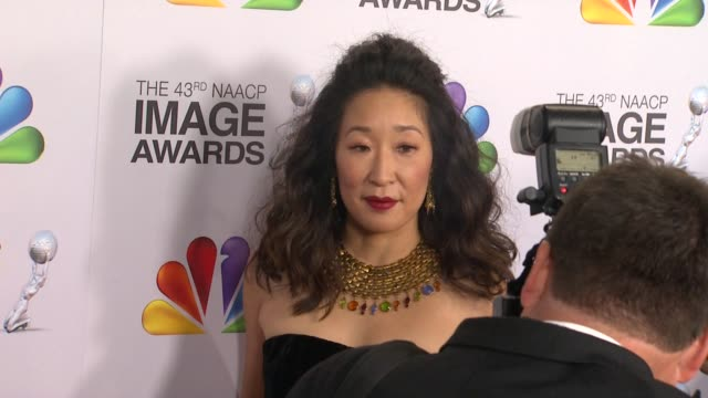vidéos et rushes de sandra oh at the 43rd naacp image awards arrivals on 2/17/12 in los angeles ca - sandra oh
