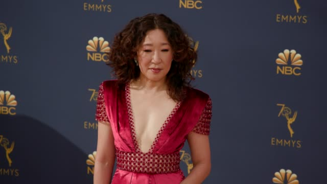 vídeos y material grabado en eventos de stock de sandra oh at the 70th emmy awards - arrivals at microsoft theater on september 17, 2018 in los angeles, california. - premios emmy