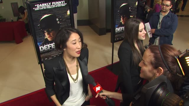 vídeos de stock, filmes e b-roll de sandra oh at the 'defendor' premiere at los angeles ca - defendor