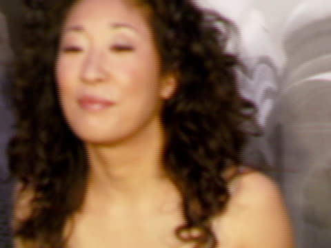 vidéos et rushes de sandra oh at the giorgio armani celebrates 'the oscars' with exclusive prive show at beverly hills california - exclusivité