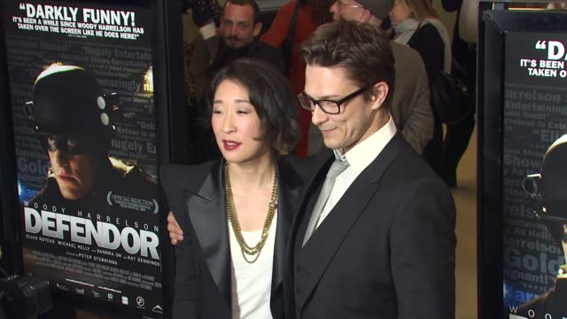 vídeos de stock, filmes e b-roll de sandra oh peter stebbings at the 'defendor' premiere at los angeles ca - defendor