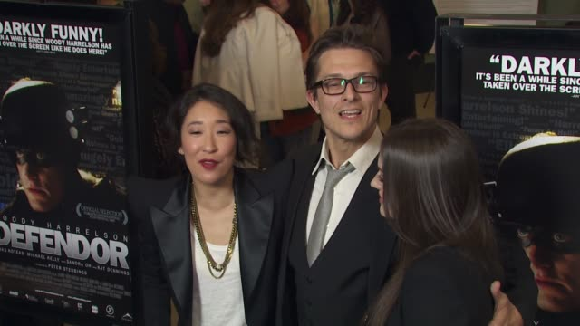 vídeos de stock, filmes e b-roll de sandra oh peter stebbings kat dennings at the 'defendor' premiere at los angeles ca - defendor