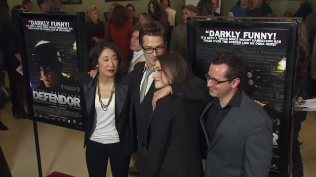 vídeos de stock, filmes e b-roll de sandra oh peter stebbings kat dennings nicholas tabarrok at the 'defendor' premiere at los angeles ca - defendor