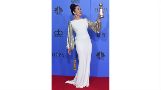 vidéos et rushes de sandra oh poses in the press room during the 76th annual golden globe awards held at the beverly hilton hotel on january 6 2019 - sandra oh