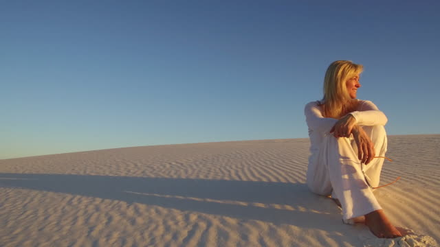 vidéos et rushes de sands at sunset - 50 54 ans