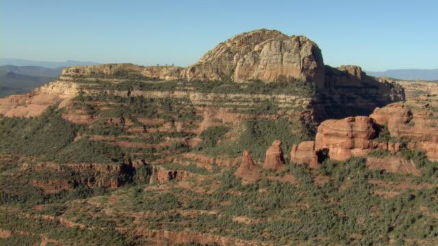vídeos de stock e filmes b-roll de sandstone cliffs, hoodoos, and plateaus characterize an arid desert. - chaminé de fada