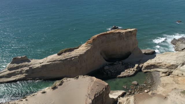 stockvideo's en b-roll-footage met zandstenen rotsen aan de kust - fatcamera