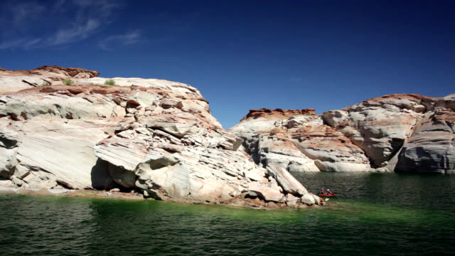 sandstone formations at lake powell - glen canyon staudamm stock-videos und b-roll-filmmaterial