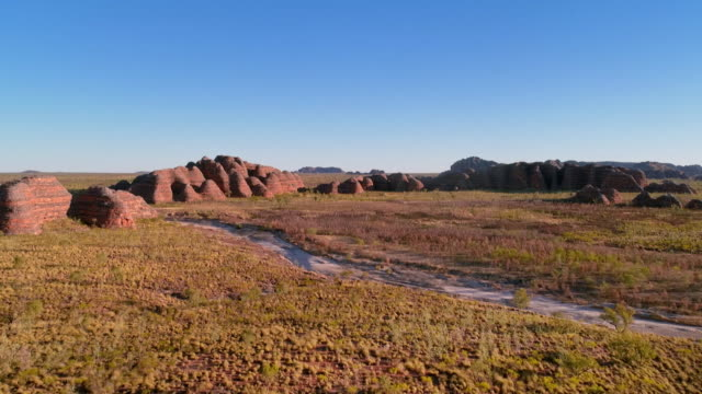 av sandstone towers in purnululu national park - outback stock videos & royalty-free footage