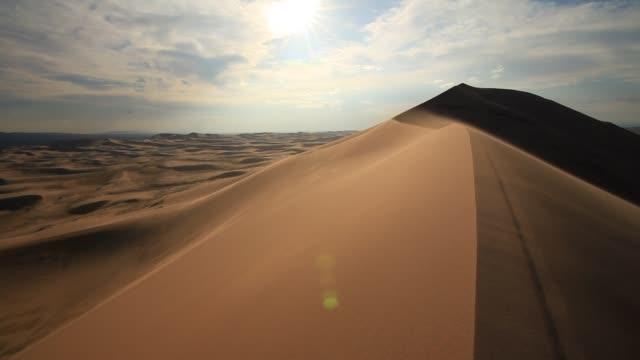 sandstorm in the gobi desert - sanddüne stock-videos und b-roll-filmmaterial