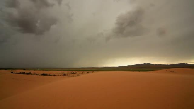 vidéos et rushes de sandstorm in the gobi desert - désert de gobi