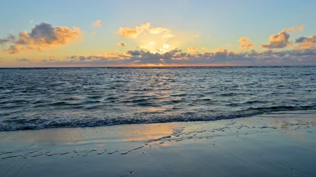 sandy beach at sunset, norderdeich, sankt peter-ording, north friesland, north sea, schleswig-holstein, germany - deutsche nordseeregion stock-videos und b-roll-filmmaterial
