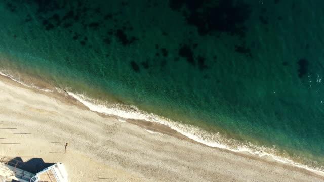 明確な海の水、空撮を持つ砂浜