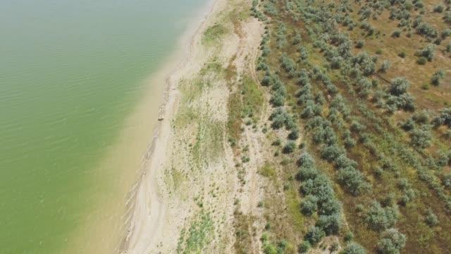 Antenne: Sandy Ufer des Teiches in Landschaft