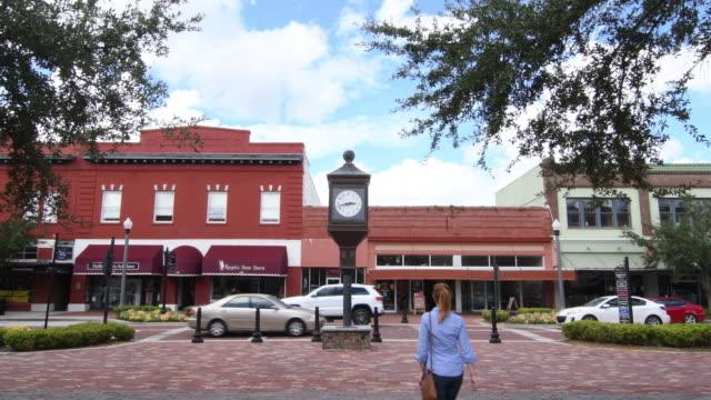 vídeos de stock, filmes e b-roll de sanford florida downtown 1st street main street small town antique area restored city, 4k - 1 minute or greater