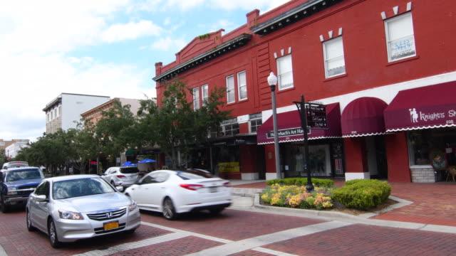 stockvideo's en b-roll-footage met sanford florida downtown 1st street traffic main street small town antique area restored city, 4k - straatnaambord