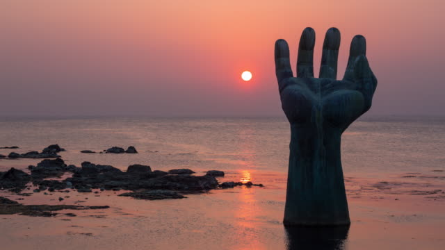 vidéos et rushes de sangsaeng's hand at sunrise / pohang-si, gyeongsangbuk-do, south korea - sculpture production artistique