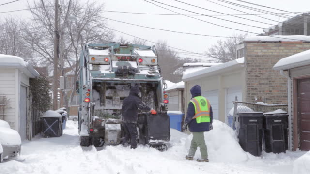 vidéos et rushes de ws sanitation workers working in snow covered alley - camion poubelles