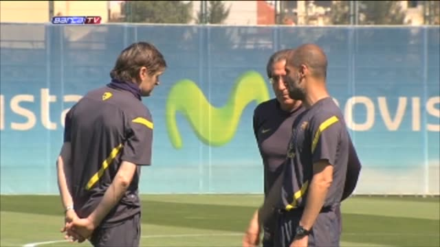sant joan despi , 3 may .- barcelona midfielder xavi hernandez joined the barcelona first team squad at training on thursday in what was the first... - 人の筋肉点の映像素材/bロール