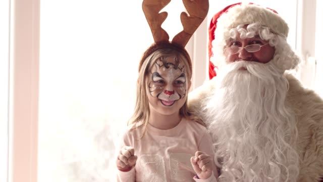 Weihnachtsmann und Rentier Geweih Stirnband tragen Mädchen