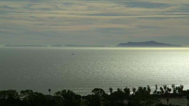 vídeos de stock, filmes e b-roll de ws santa barbara channel, lone boat in distance, ventura, california, usa - ilhas channel