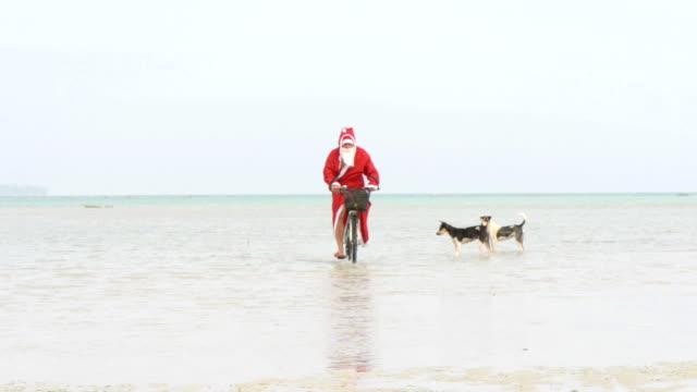 vidéos et rushes de santa vélo dans la mer - se déguiser