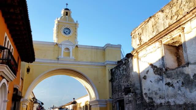 vídeos y material grabado en eventos de stock de arco de santa catalina, antigua, guatemala - colonial