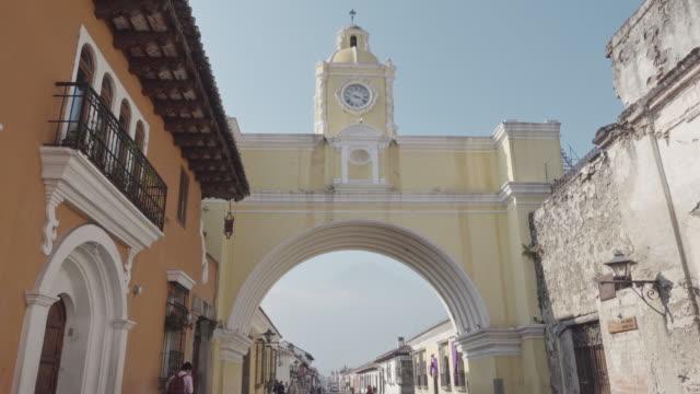 santa catalina arch at antigua guatemala - 女子修道院点の映像素材/bロール