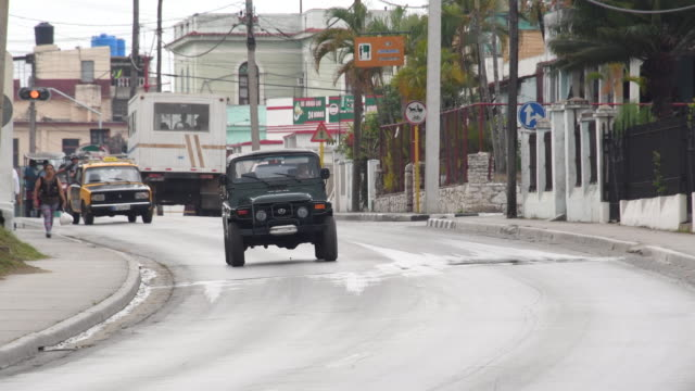 vidéos et rushes de santa clara, cuba: central road daytime old cars transportation traffic and everyday lifestyle in the socialist years of the caribbean island - traverse city