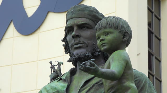 santa clara, cuba: che and child statue outside the provincial communist party headquarters - comunismo video stock e b–roll