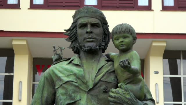santa clara, cuba: che guevara bronze statue outside the provincial communist party headquarters in the city - che guevara stock videos & royalty-free footage