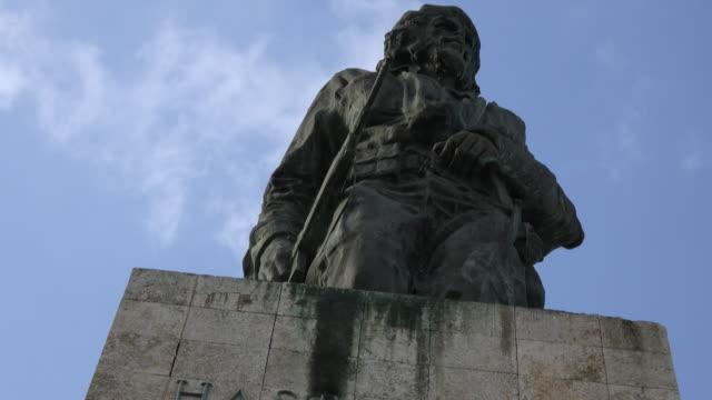 santa clara, cuba: che guevara statue at his memorial in the city's revolution square. - che guevara stock videos & royalty-free footage