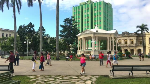 santa clara, cuba: leoncio vidal park, national monument of the caribbean island - städtischer platz stock-videos und b-roll-filmmaterial