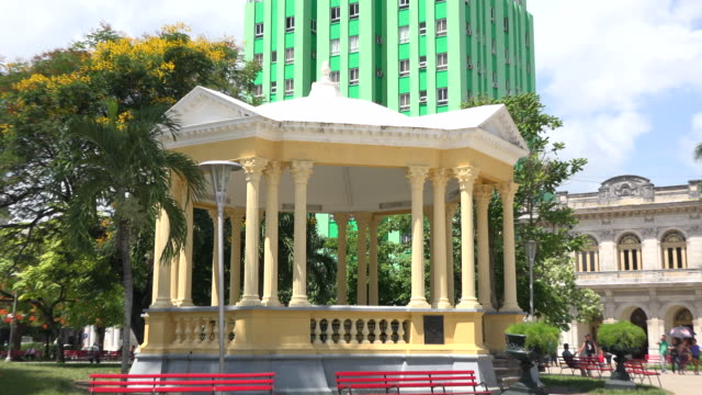vídeos de stock, filmes e b-roll de santa clara, cuba: 'leoncio vidal' town square, plaza or 'parque' which is a cuban national monument and tourist attraction in the city - parque green