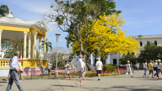 stockvideo's en b-roll-footage met santa clara cuba main square with locals and colorful trees and gazebo in central downtown with many tourists - gazebo