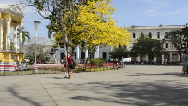 stockvideo's en b-roll-footage met santa clara cuba main square with locals and colorful trees and gazebo in central downtown - gazebo