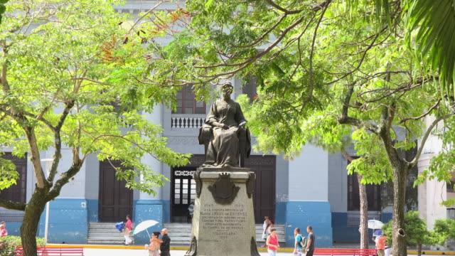 santa clara, cuba: marta abreu bronze statue in the leoncio vidal park - che guevara stock videos & royalty-free footage