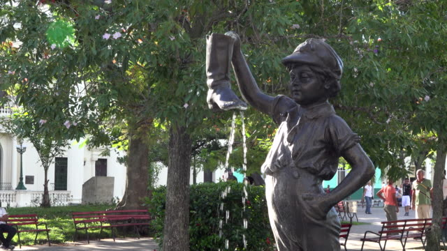 santa clara, cuba: statue of 'boy with a leaking boot' in the leoncio vidal park. the image is the symbol of the city. - 1925 stock videos & royalty-free footage