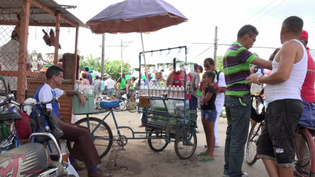 santa clara, cuba: sunday farmer's market in the sandino neighbourhood. - tricycle stock videos & royalty-free footage