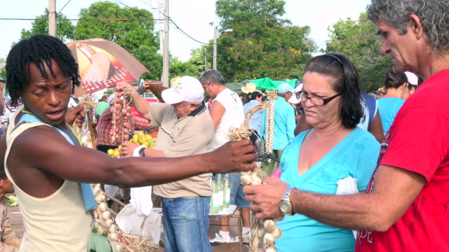 santa clara, cuba: the 'sandino' sunday farmer's market, customers and seller bargaining the price of garlic - commercial event stock videos & royalty-free footage