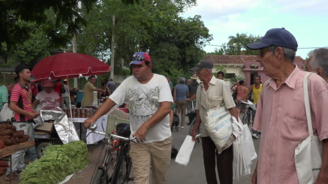 santa clara, cuba: the 'sandino' sunday farmer's market, real people walking by the stands selling food - commercial event stock videos & royalty-free footage