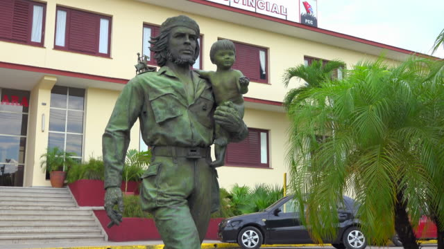 santa clara, cuba: tilt up, che guevara and child, a sculpture by casto solano - statue stock videos & royalty-free footage