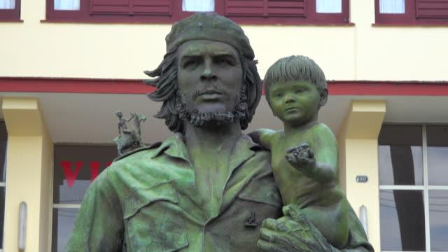 santa clara, cuba:  tilt up, che guevara and child, a sculpture by casto solano - che guevara stock videos & royalty-free footage