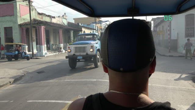 santa clara, cuba transportation: 'motoneta' passenger point of view while driving in the central road. - ヘルメット点の映像素材/bロール