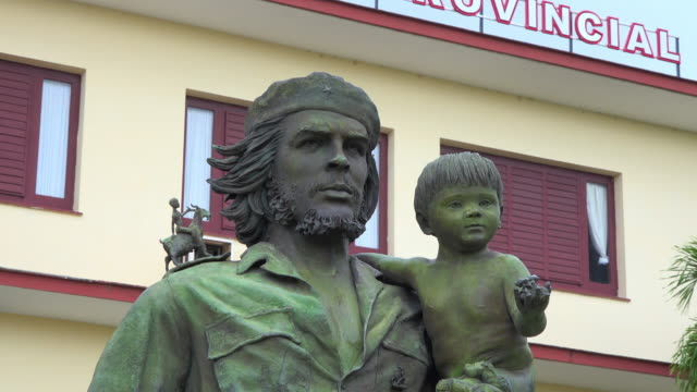 santa clara, cuba: zoom out, che guevara and child, a sculpture by casto solano - che guevara stock videos & royalty-free footage