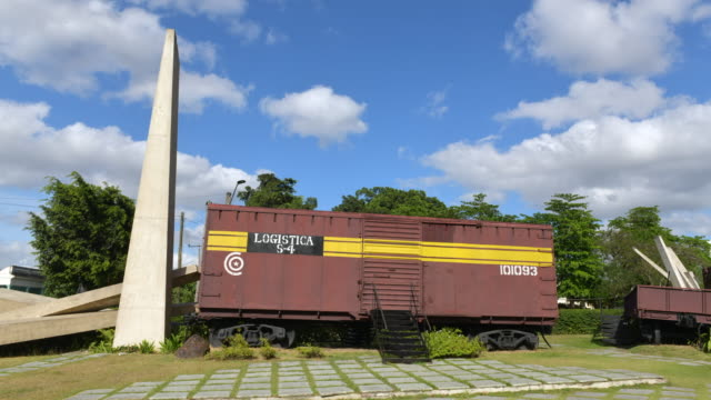 santa clara, cuba-february 20, 2020: the monument to the derailment of the armored train during the battle for santa clara led by che guevara. this... - 脱線点の映像素材/bロール