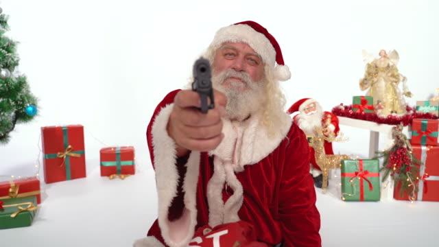 vídeos y material grabado en eventos de stock de papá noel apuntando a la cámara con una pistola - de cerca - ladrón de casas
