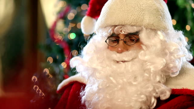 santa claus blasen magic staub - einzelner senior stock-videos und b-roll-filmmaterial
