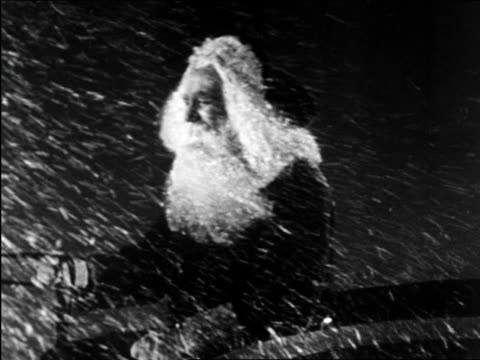 b/w 1950 santa claus driving sleigh in blizzard / educational - anno 1950 video stock e b–roll